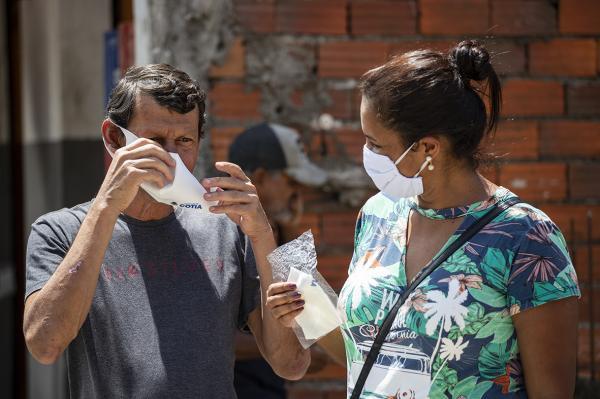 Prefeitura distribui máscaras de tecido em áreas de grande movimentação