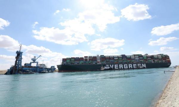 Remoção de porta-contêineres da margem pode liberar Canal de Suez
