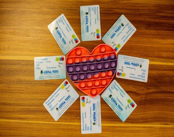 Fundo Social está entregando 'pop it' para crianças autistas cadastradas na CIPTEA