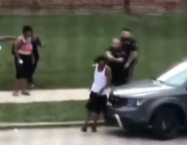 Polícia dos EUA atira em homem negro na frente dos filhos e gera nova onda de protestos