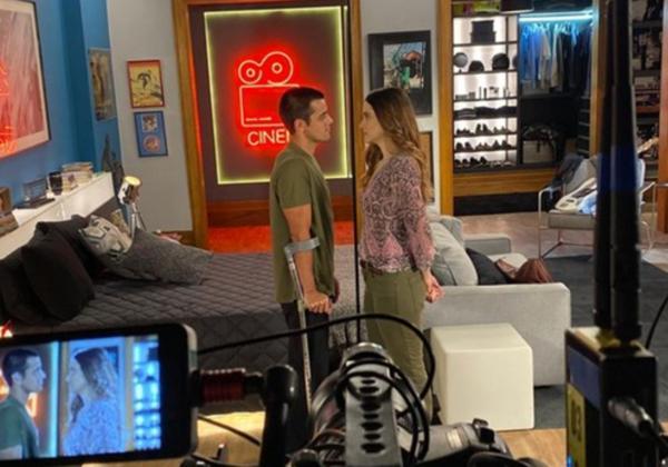 Placa de acrílico separa atores para gravar novela da Globo